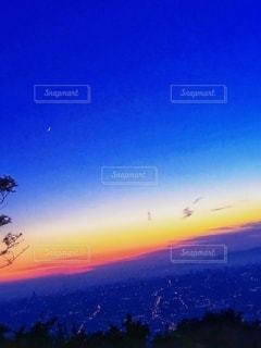 夕景からの月の世界の写真・画像素材[3398291]