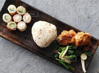 テーブルの上に座っている食べ物の束の写真・画像素材[3736343]