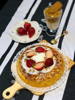 イチゴのチーズケーキとダルゴナコーヒーの写真・画像素材[3281338]