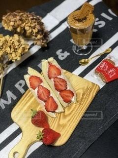 イチゴのフルーツサンドとダルゴナコーヒーの写真・画像素材[3281485]