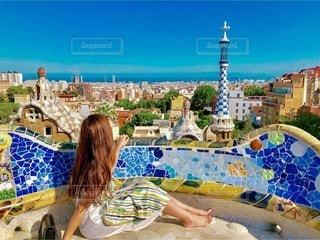 グエル公園を背景にしたビーチに座っている人の写真・画像素材[3281539]