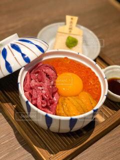 テーブルの上の皿の上に食べ物のボウルの写真・画像素材[3715233]