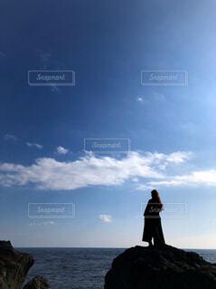 岩場に立っている人の写真・画像素材[3840418]