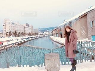 建物の前に立っている人の写真・画像素材[3840925]