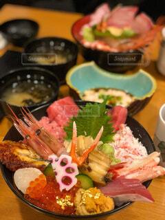 食べ物の皿をテーブルの上に置くの写真・画像素材[3847019]