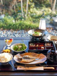 食べ物の皿をテーブルの上に置くの写真・画像素材[3847021]