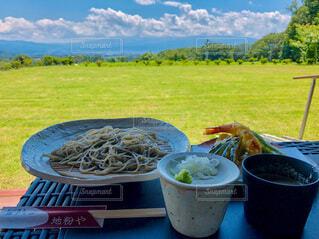 ピクニックテーブルの上に食べ物の皿の写真・画像素材[3848769]