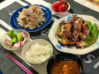 皿の上にたくさんの食べ物をの写真・画像素材[3848789]