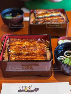 テーブルの上に異なる種類の食べ物が詰まった箱の写真・画像素材[3848797]