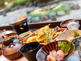 テーブルの上に食べ物を1杯入れるの写真・画像素材[3848804]