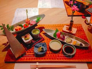 食べ物の皿をテーブルの上に置くの写真・画像素材[3848802]