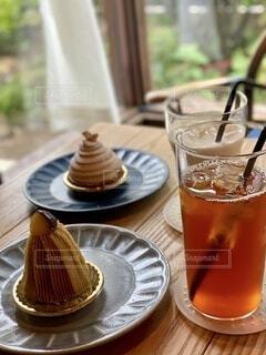 テーブルの上にコーヒーとビール1杯の写真・画像素材[3853500]
