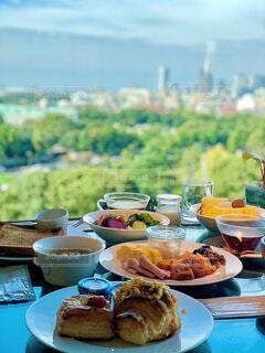 ピクニックテーブルの上に食べ物の皿の写真・画像素材[3916951]