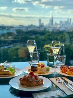 ピクニックテーブルの上に食べ物の皿の写真・画像素材[3920706]