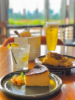 テーブルの上にコーヒーを一杯入れるの写真・画像素材[3920707]