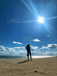 浜辺に立っている男の写真・画像素材[4431999]