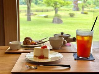 ピクニックテーブルの上に座っているコーヒーを一杯の写真・画像素材[4590846]