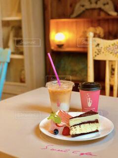食べ物の皿とコーヒーのカップのクローズアップの写真・画像素材[4590871]