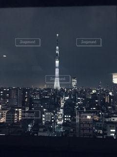 1人見渡す夜の光の写真・画像素材[3282992]