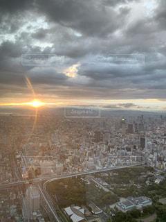 雨上がりの夕陽の写真・画像素材[3399192]