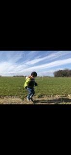大地と影踏みする男の子の写真・画像素材[3287199]