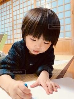 お絵かきする男の子の写真・画像素材[3321538]