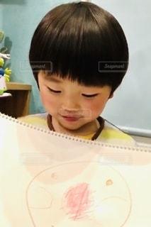 絵を見せている男の子の写真・画像素材[3346922]