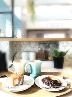 カフェ,キッチン,屋内,花瓶,窓,テーブル,皿,植木鉢,リラックス,食器,デザイン,観葉植物,おうちカフェ,ドリンク,おうち,ライフスタイル,シンク,ボウル,コーヒー カップ,おうち時間,家庭電化製品