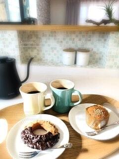 食べ物の皿とコーヒー1杯の写真・画像素材[4297356]