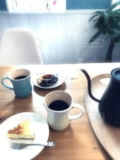 テーブルの上にコーヒーを一杯入れるの写真・画像素材[4297357]