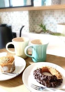 食べ物の皿とコーヒー1杯の写真・画像素材[4297355]