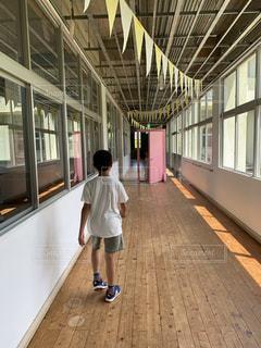 駅の隣を歩いている少年の写真・画像素材[3393034]