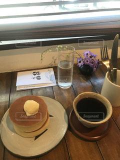 テーブルの上にコーヒーを一杯入れるの写真・画像素材[3393035]
