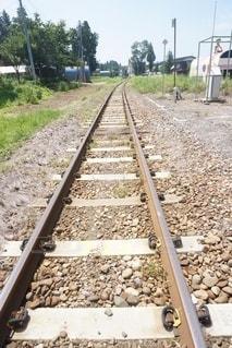 未舗装の道路を走る電車の写真・画像素材[3298285]