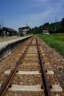 鉄の線路上の列車の写真・画像素材[3298287]