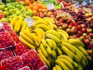 店内に展示されている様々な新鮮な果物や野菜の写真・画像素材[3337013]