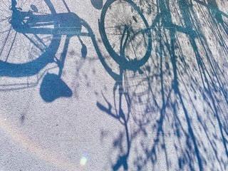 地面に描かれた太陽の落書き・シルエットの写真・画像素材[3292795]