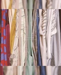 レインボークローゼットの中の沢山のグラデーション洋服の写真・画像素材[3293396]