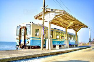 電車が海辺に停車してる一枚。の写真・画像素材[3303276]