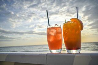 オレンジジュースと夕日と空。の写真・画像素材[3307475]