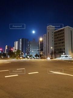 満月の夜の交差点の写真・画像素材[3292386]