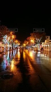 雨の中のイルミネーションの写真・画像素材[3295227]