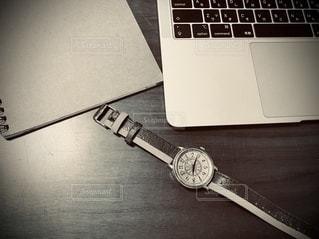 屋内,モノクロ,室内,本,時計,机,パソコン,ノート,デスク,勉強,PC,おうち,自宅,テキスト,ウォッチ,デスクワーク,集中,自習,学習,在宅ワーク,おうち時間,自宅ワーク,自宅学習,自粛,ステイホーム