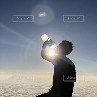 山頂で水分補給の写真・画像素材[3406352]