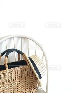 かごバッグと麦わら帽子の写真・画像素材[3301117]