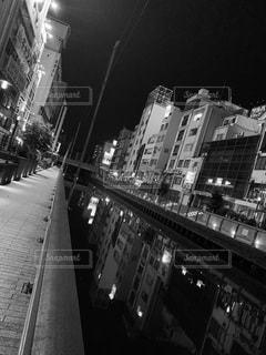 空,建物,夜,屋外,大阪,モノクロ,都会,高層ビル,道頓堀,黄昏,繁華街,明るい,通り,難波,ミナミ,風俗街,黒と白,夜の川,都市の景観,悲しい写真
