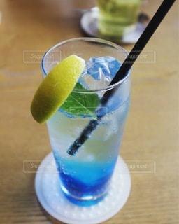 飲み物,インテリア,ジュース,水,氷,ガラス,テーブル,コップ,食器,レモン,カップ,ドリンク,ライフスタイル,ソーダ水,ソフトド リンク
