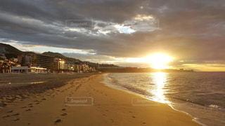 海岸から昇る朝日の写真・画像素材[3301453]