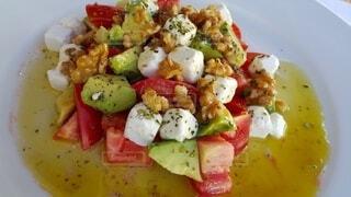 アボカド、トマト、クルミ、モッザレラのサラダの写真・画像素材[3907082]