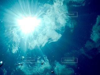明るい光の水中眺めの写真・画像素材[3302517]